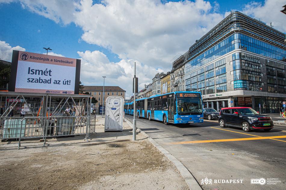 Buszok és autók haladnak át a felújítás alatt álló Blaha Lujza téren